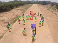 暴力を特定できるリアルタイムドローン監視システムのデモンストレーション映像。