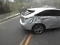 無理な追い越しは事故のもと。山道で遅いバスを抜こうとしたDQN運転が。