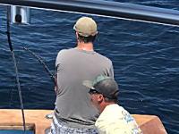 ワロタ。魚釣りに集中している男性にイタズラしてみた動画が人気に。