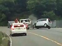 軽自動車とトラックによる正面衝突の瞬間。直前まで普通に走っていたのになぜ?