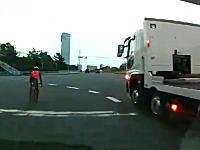 左折レーンを直進しようとしたチャリンカーがトラックに踏まれかけるギリギリ動画。