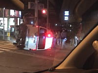 富山市天正寺で患者搬送中の救急車が横転(´・_・`)その現場のビデオ。