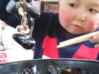 食事動画。豪快な食べっぷりで人気の出ている中国の少年。何歳だキミ。