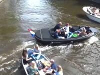 狭い水路を多くの船が行き交うアムステルダムの運河がカオスだった動画。