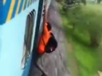 インドで電車の外側にぶら下がっていた男性が力尽きて落下してしまう瞬間が撮影される。