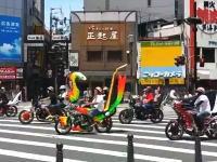 世紀末。真昼間の大阪なんば周辺に暴走族の超集団が現れ市民を不安にさせる。