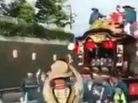 群馬県の渋川山車祭りで小さな子供と妊婦が轢かれてしまう事故の映像。