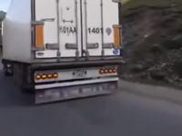 物流の現場が大変すぎる。時間が無くて走らせながら修理しているトラックが目撃される。