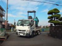 高さ制限を見誤り豪快に衝突してしまうショベルを積んだトラックの映像。山口県宇部市