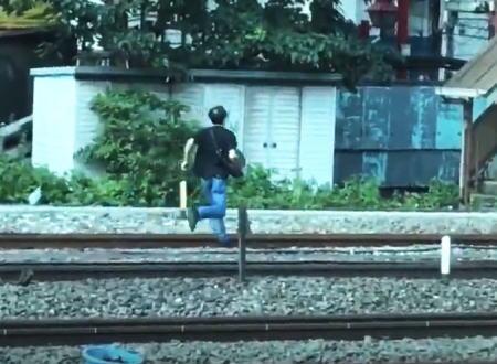 痴漢容疑かな?今朝埼京線を緊急停止させた線路逃走男の映像はこちらです。