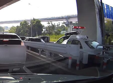 みんな茫然。愛知県で事故現場に駆け付けたパトカーが追突する珍事が撮影されるwww