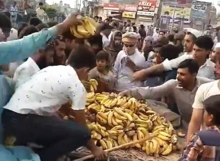 バナナ売りの少年からバナナを奪いまくる大人たち。パキスタン。