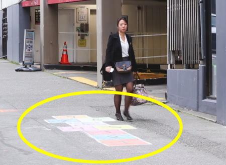 おっさん達カワイイwww歩道に「けんけんぱ」を描いて10時間観察してみた。