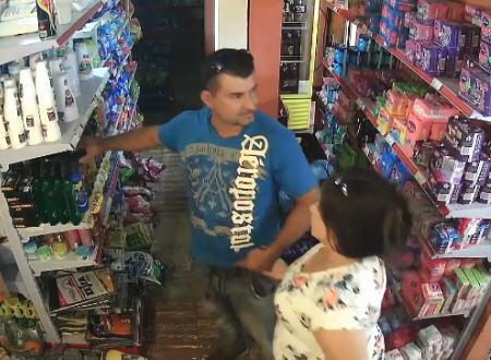 大胆なカップル万引きが撮影される。パンツに隠してスプレー缶16本も盗む。