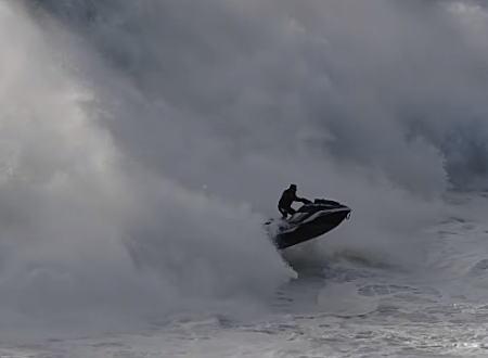 大波に追われるレスキュー艇。ナザレサーフィンは何度見てもすごい。