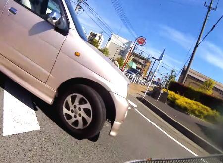 自分から当たりに行った?自転車と軽自動車の事故映像がどっちが悪いのと話題に。