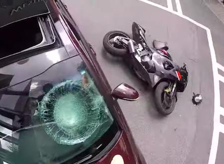 これはどっちが悪い。3車線道路の大外から左折しようとした車とバイクの事故。