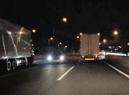 この車はどこから!?深夜の東関東道で撮影された3車線の真ん中を逆走する車。