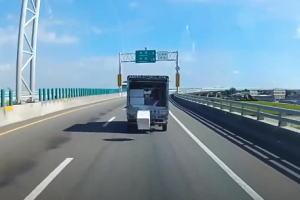 【13秒】台湾のドライブレコーダーにとても珍しいシーンが記録される。