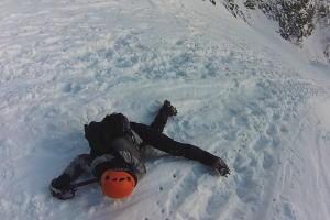 【登山】雪山で滑落した女性がピッケルに命を救われる瞬間。