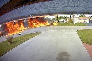 【動画】南フロリダで飛行機が住宅街に墜落し走行中のSUVに衝突。その瞬間の映像。