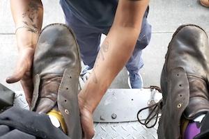 使い古されたブーツをピカピカに磨き上げる街頭靴磨き職人のお仕事拝見動画。