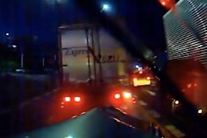 トラックに挟まれたコンパクトカーがほとんど圧縮されてしまう衝撃の事故ドライブレコーダー。