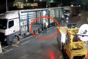 【動画】フォークリフトの女性運転手、人の上に荷物を降ろして殺してしまう。