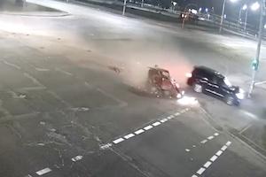【死亡事故】酒を飲んだランクル200乗り、信号待ちの車を半分の大きさにしてしまう。