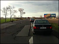 アスファルトが穴ぼこだらけ。道路が酷すぎてみんな車線を走れないwww