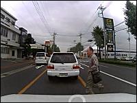 飛び出すのは子供だけじゃない。静岡県ではおっさんが飛び出してくる動画。