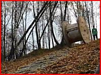 えっ!?まさか。馬鹿すぎる・・・。丘の上からドラムを転がしたら中から・・・。