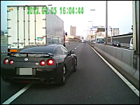 高速道路を走行中、機敏な動きで追い抜いて行くGT-R。ドライブレコーダー