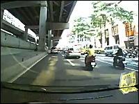 軽い接触で横転してしまう車。タクシーとセダンのジコジコ動画。台北
