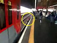 線路上にいた若い娘が電車が入ってくるギリギリの所でホームに引き上げられる