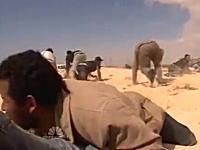 戦場カメラマンは危険なお仕事。リビアで反政府軍を取材中にミサイルが・・・。