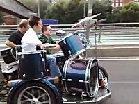 ロシア人の発想スゴすぎワロタwww道路を走りながら演奏するバンドwww