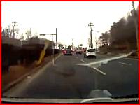 これは避けるの不可。遭遇したら叫ぶしかない事故のドライブレコーダー。
