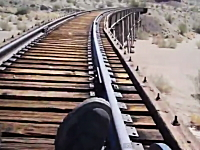 自作トロッコで線路ドライブ。電車が来なければおっけー☆気持ち良さそう。