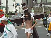 ちょwww東京マラソンにイエス・キリストがいた動画wwwいいのこれwww