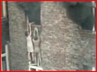 窓からぶら下がっていた火事で逃げ遅れた男女が落下してしまう衝撃映像