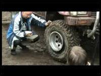 ホイールから外れたタイヤを一瞬で直す方法とは!?火をつけたらシュボン!