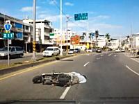 老夫婦が2ケツするスクーターが車と接触して転倒。二人とも顔面から・・・。