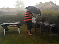 楽しいBBQのハズが突然の暴風雨。それでも決して諦めないお父さんの姿が涙を誘う