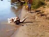 ターザンスイングは難しい。失敗して痛い事になる水着ギャルのムービー