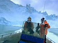 氷河の崩壊に近づきすぎると危ない動画。破片が降り注ぐなか運よく生還。