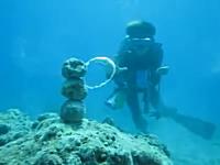 ダイバーのお遊び。海の中ならドラゴンボールのような事ができる動画。