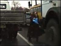 無理な横断。トレーラーの死角でおばあちゃんが死にかけるギリギリビデオ。