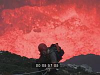 足を踏み外せばマグマ。火山の火口ギリギリまで降りてみたという記録映像
