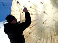 大きなボールに入って転がるアトラクション「ゾービング」で死亡事故が発生